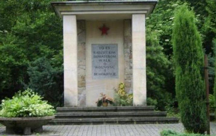 г. Суха-Бескидзка. Памятник по улице Костельна, установленный на братских могилах, в которых похоронено 643 советских воина, в т.ч. 119 неизвестных.