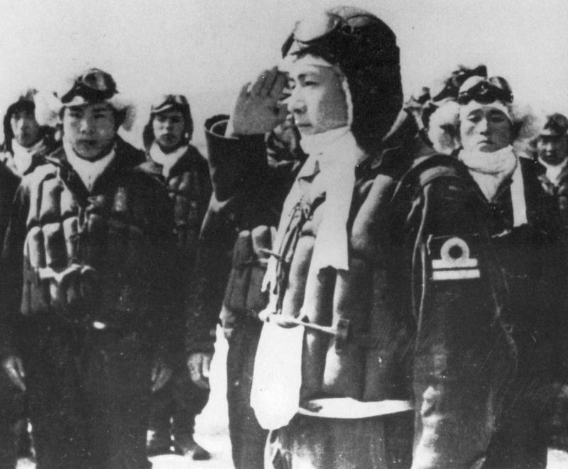 Летчик-камикадзе перед вылетом. 1945 г.