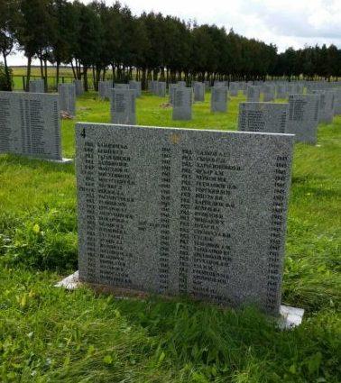 Мемориальные доски на братских могилах.