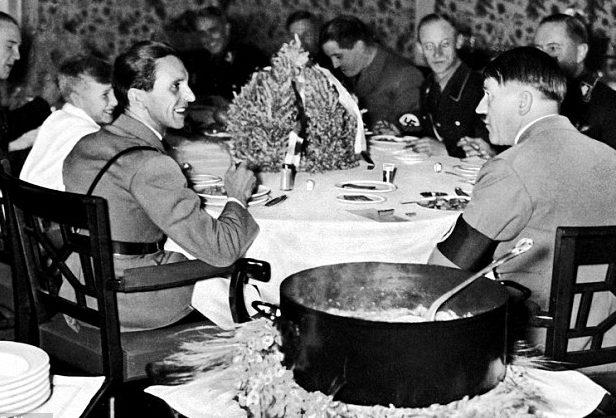 Адольф Гитлер с офицерами за обедом. 1945 г.