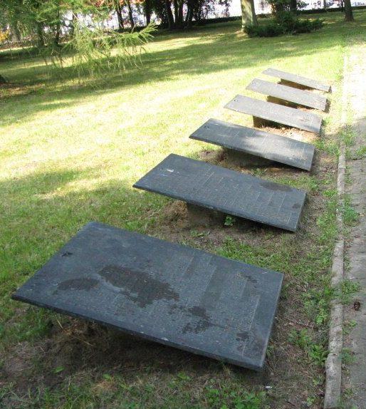 Мемориальные плиты на кладбище.
