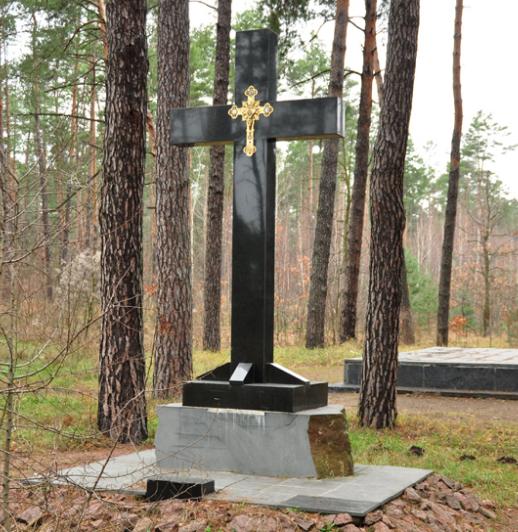 Памятный крест на мемориале.