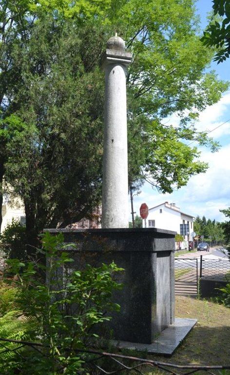 г. Либёнж, Хшанувский повят. Памятник по улице Звыченства, установлен на братской могиле, в которой похоронено 256 советских воинов, в т.ч. 228 неизвестных.