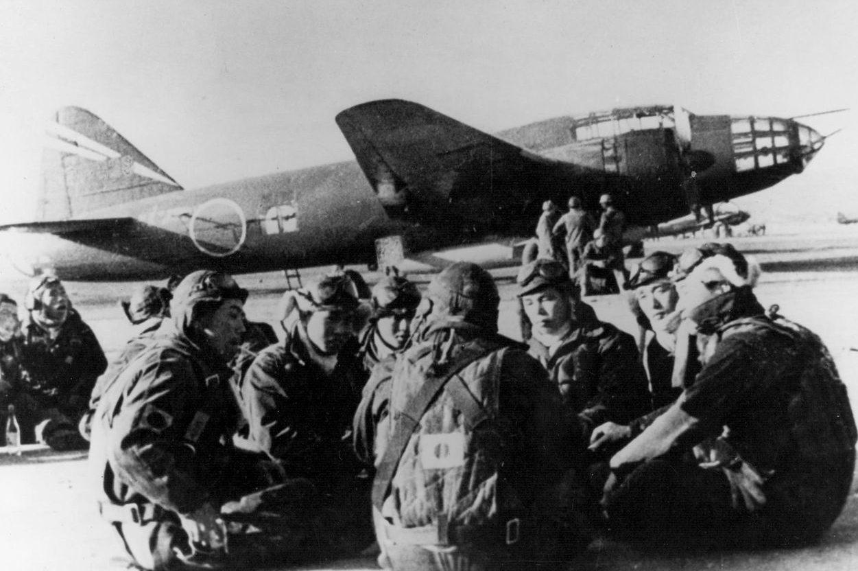 Пилоты-камикадзе самолета-снаряда MXY-7 Ohka перед вылетом, отдыхают у самолета-носителя. 1945 г.
