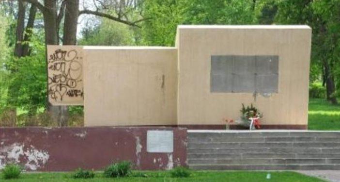 г. Хшанув, р-н Костелец. Воинское захоронение в парке Дружбы, где покоится прах 1 365 советских воинов, в т.ч. 1 251 неизвестных.