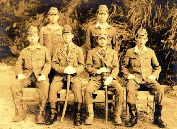 Куроки Хироси и Нисима Сэкио (в центре) придумавшие «Кейтэн». 1944 г.
