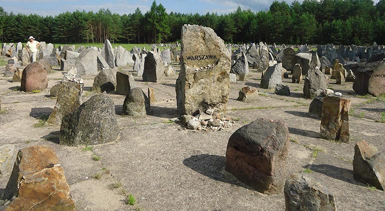 Памятные камни на месте захоронения евреев.