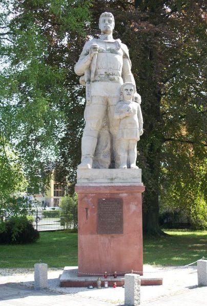 Скульптурный памятник на кладбище.