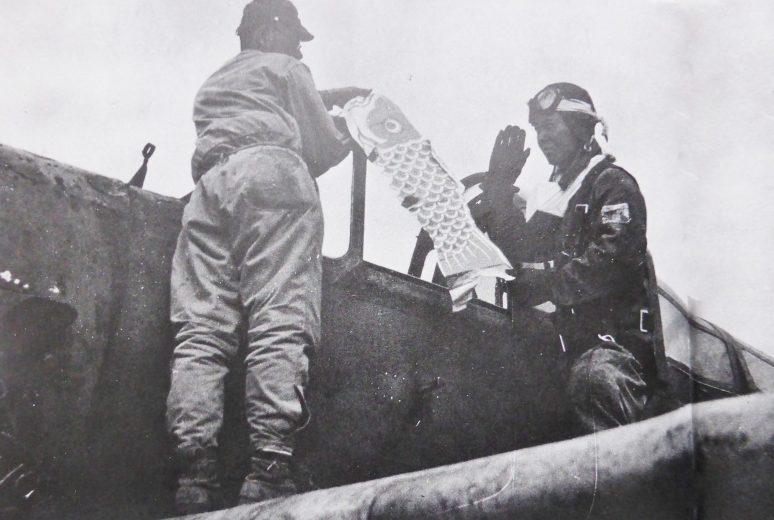 Летчик-камикадзе получает воздушного змея в качестве талисмана перед вылетом на базе ВВС Тиран. 1945 г.