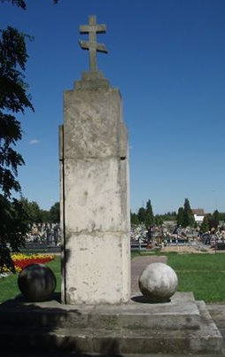 г. Опочно. Памятник по улице Партизанув, установленный на братской могиле, где похоронено 447 советских воинов, в т.ч. 404 неизвестных, погибших в бою за освобождение города 20-21 января 1945 года.