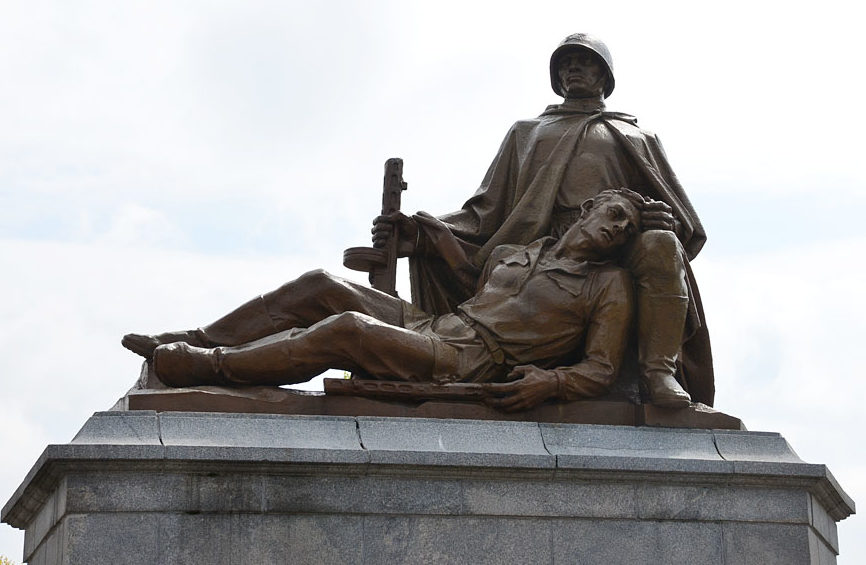 Скульптурные группы мемориала.