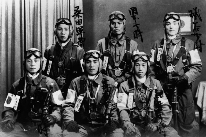 Летчики-камикадзе в летной форме накануне последнего вылета. 1945 год.