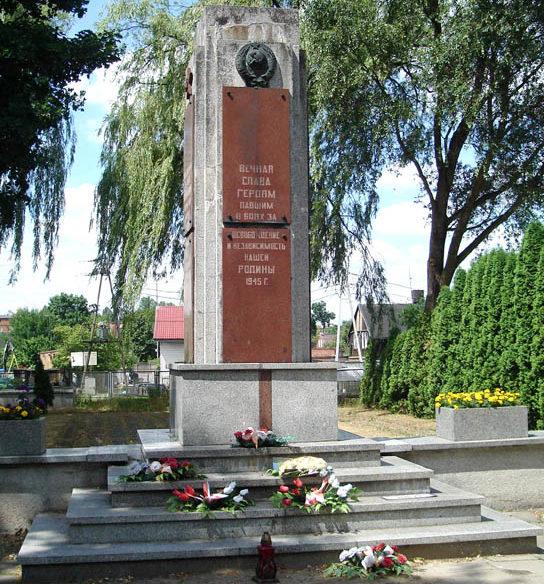 г. Пабьянице. Памятник по улице Килиньского, 25, где похоронено 255 советских воинов, в т.ч. 95 неизвестных погибших зимой 1945 г. Здесь же похоронен Герой Советского Союза Гусев И.А.