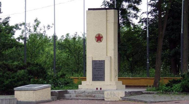 г. Сосновец. Братская могила по улице Островы Гурниче, в которой похоронено 26 советских воинов, в т.ч. один неизвестный.