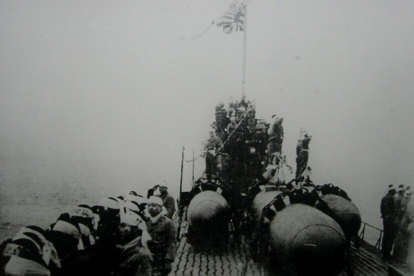 «Кейтэн» на палубе уходящей подводной лодки.