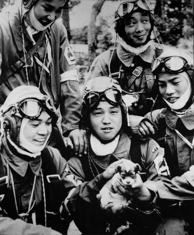 Пилоты-камикадзе 72-й эскадрильи «Синбу» на аэродроме Бансей. Май, 1945 г.