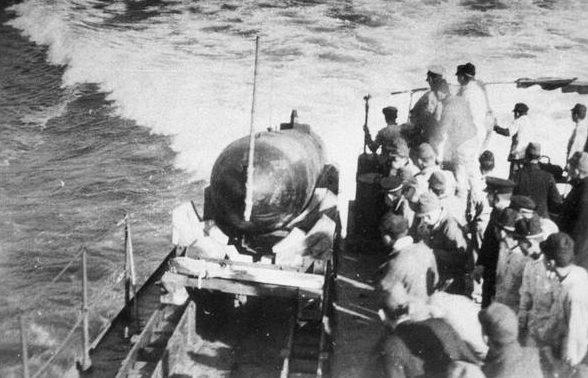 Спуск на воду человекоуправляемой торпеды «Кейтэн» с легкого крейсера «Китаками». 1944 г.