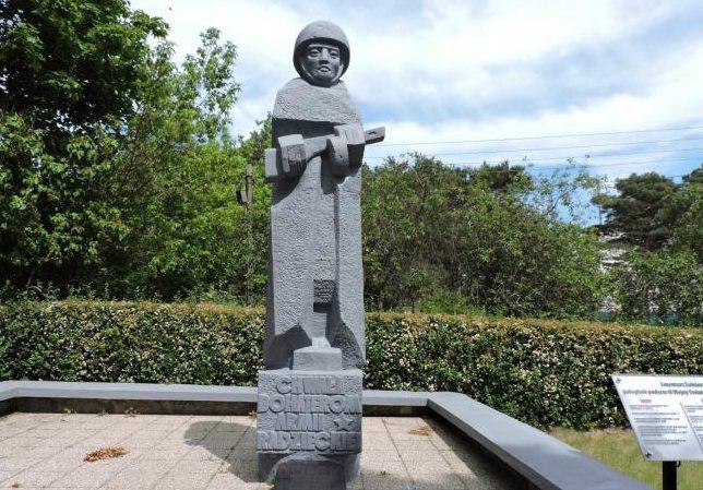 г. Крыница-Морска, Новодвурский повят. Памятник на братской могиле, в которой похоронено 240 советских воинов, в т.ч. 202 неизвестных, погибших в годы войны.