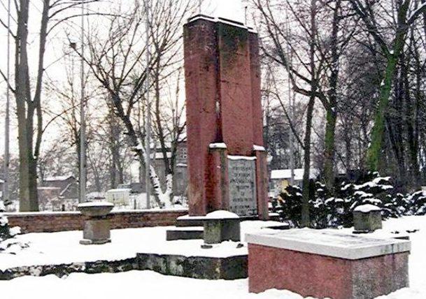 г. Сосновец. Братская могила советских воинов, в которой похоронено 26 воинов.