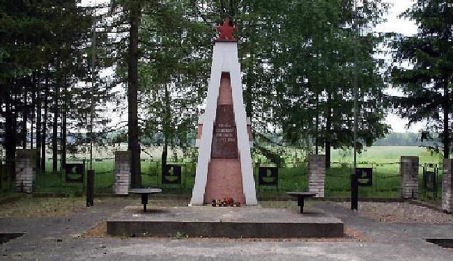 г. Новы-Двур. Памятник на братской могиле советских воинов, в которой похоронено 337 советских воинов, из них - 322 неизвестных.