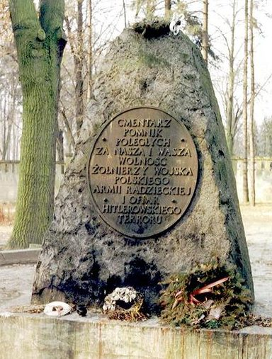 г. Тарновске-Гуры. Памятник парке 22 Июля, где на воинском кладбище захоронено 1 722 советских воинов, в т.ч. 1 689 неизвестных, погибших в годы войны.