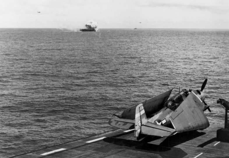 Вид с эскортного авианосца «Сэнгамон» на горящий эскортный авианосец «Суони», атакованного самолетом камикадзе. Октябрь, 1944 г.