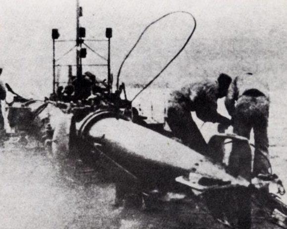 Подготовка человеко-торпеды «Кейтэн» к походу. 1945 г.
