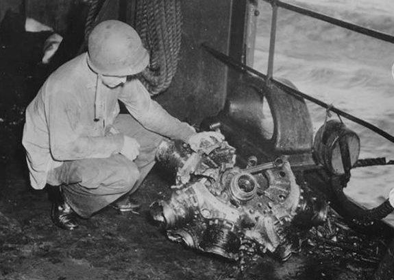 Фрагменты самолета камикадзе на авианосце «Суони». Октябрь, 1944 г.