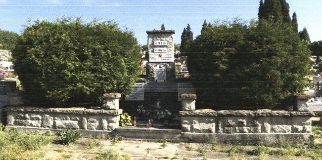 г. Скочув, Цешинский повят. Братская могила на кладбище по улице Стальмаха, где захоронено 94 советских воинов, в т.ч. 78 неизвестных, погибших в годы войны.