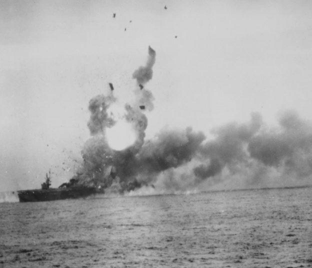 Пожар на американском эскортном авианосце «Сен-Ло» после атаки пилота-камикадзе в заливе Лейте (Филиппины). Октябрь, 1944 г.
