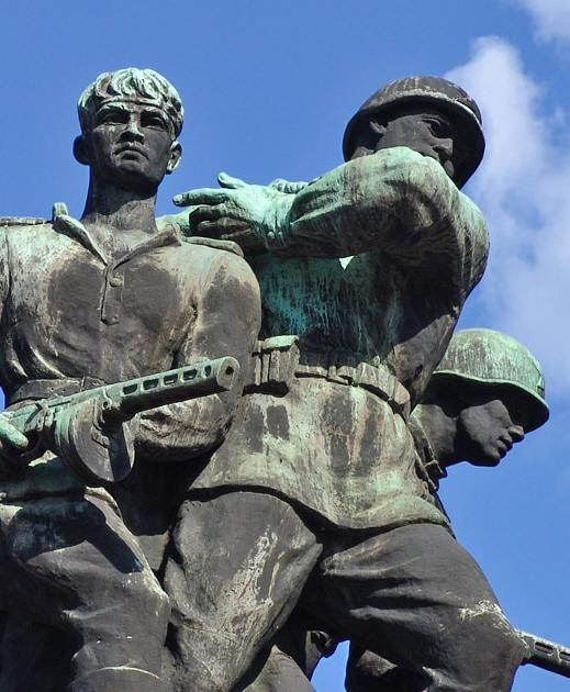 Скульптурная группа памятника.