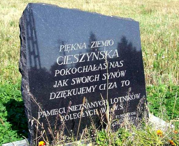 г. Хажлях, Цешинский повят. Братская могила, в которой похоронено три советских летчика, погибших в марте 1945 г. в бою при освобождении города.