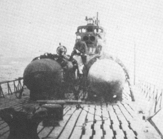 «Кейтэн» на палубе уходящей подводной лодки. 1945 г.