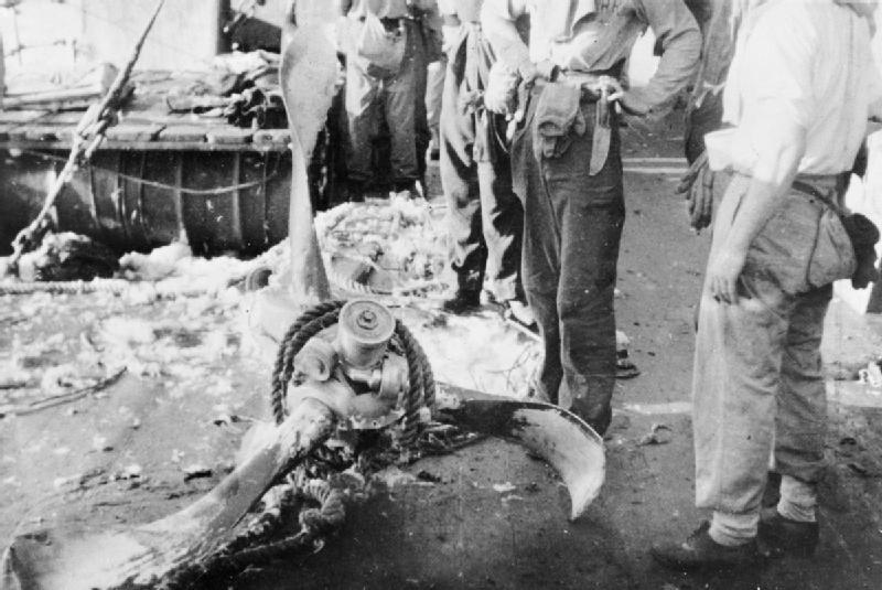 Остатки самолета-камикадзе, атаковавшего британский крейсер «Австралия». Октябрь, 1944 г.