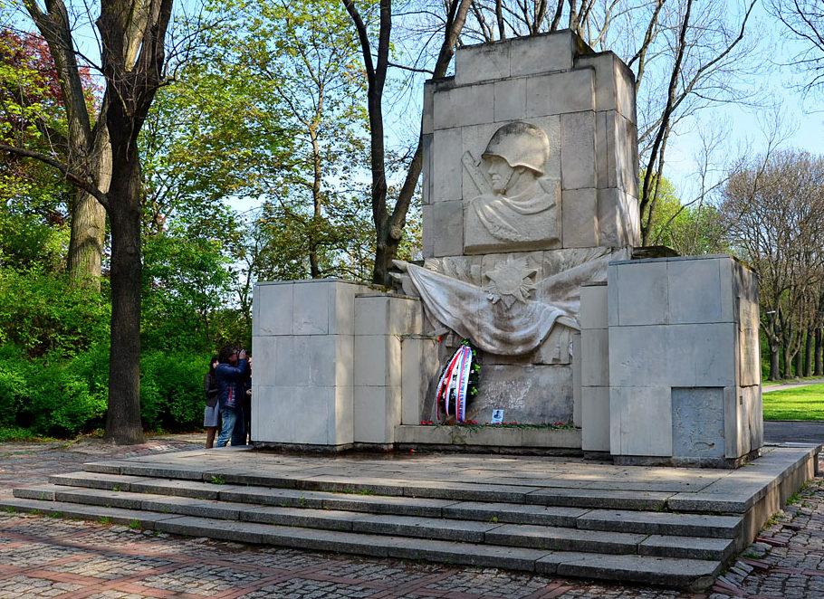 г. Варшава. Памятник советским воинам в Скарышевском парке.