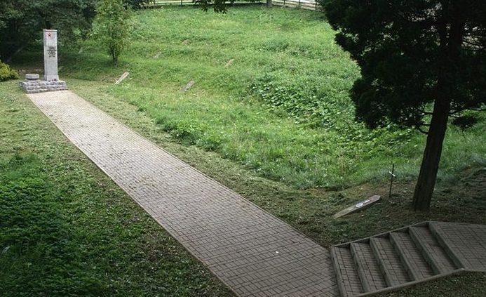 д. Берувка, Ясленский повят. Воинское захоронение военнопленных, погибших в концлагере. Всего похоронено 4 413 человек, в т.ч. 4 380 неизвестных.