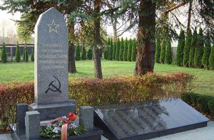 г. Цешин. Памятник по улице Костюшки, установленный на братской могиле, в которой похоронен 331 советский воин, в т.ч. 68 неизвестных, погибших в годы войны.