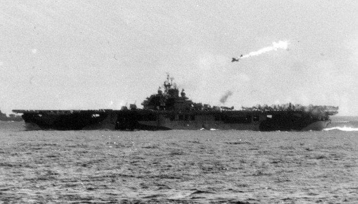 Горящий самолет камикадзе пикирует на американский авианосец «Эссекс». Ноябрь, 1944 г.
