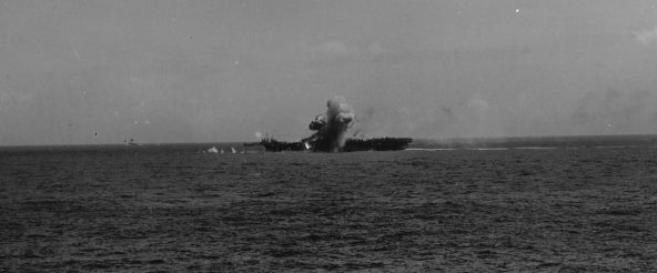 Взрыв на американском авианосце «Эссекс» после атаки камикадзе. Ноябрь, 1944 г.