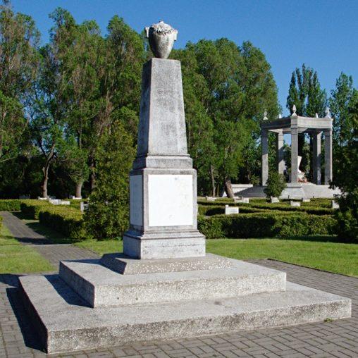Обелиск на кладбище.