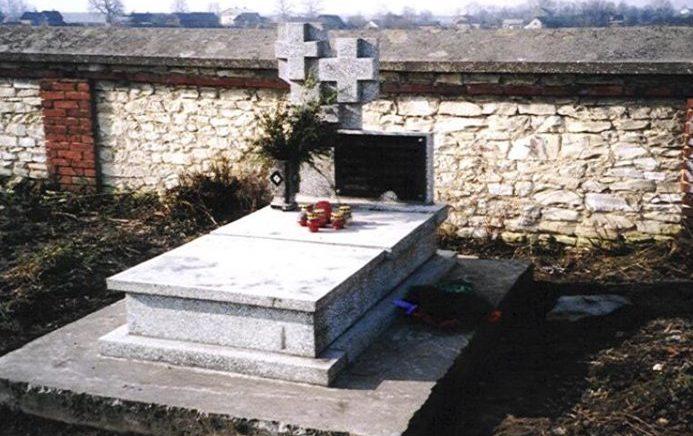 д. Лелюв, Ченстоховского повята. Памятник на кладбище, установленный на братской могиле, в которой похоронено 57 неизвестных советских воинов, погибших в годы войны.