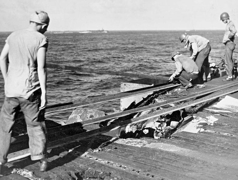 Ремонт палубы на американском авианосце «Эссекс» после атаки камикадзе. Ноябрь, 1944 г.