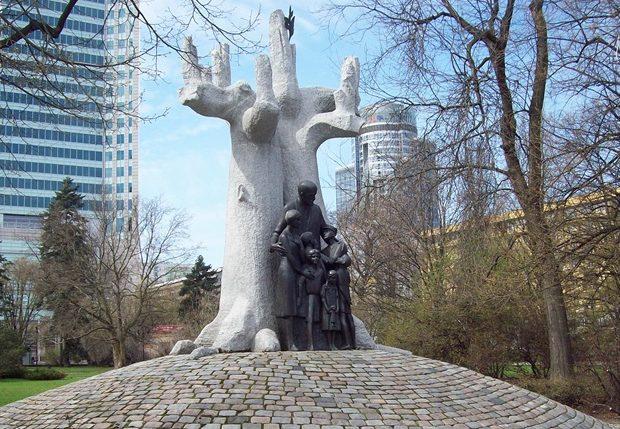 Общий вид памятника Янушу Корчаку.