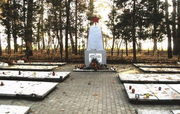 д. Любихово, повят Старогардский. Воинское кладбище в лесу, где захоронено 712 советских воинов.