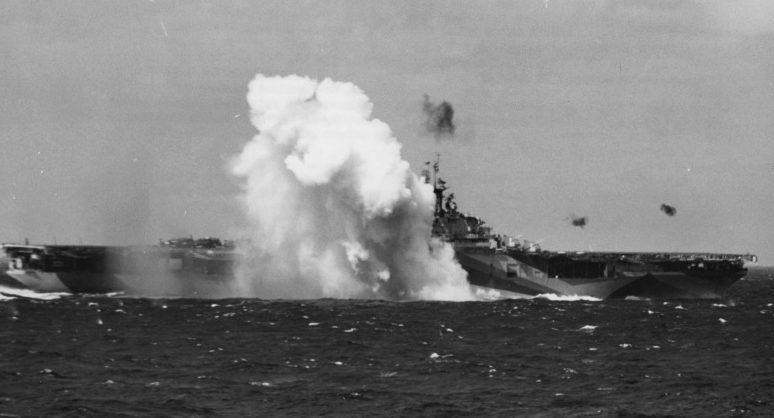 Падение самолета камикадзе у борта американского авианосца «Тикондерога». Ноябрь, 1944 г.