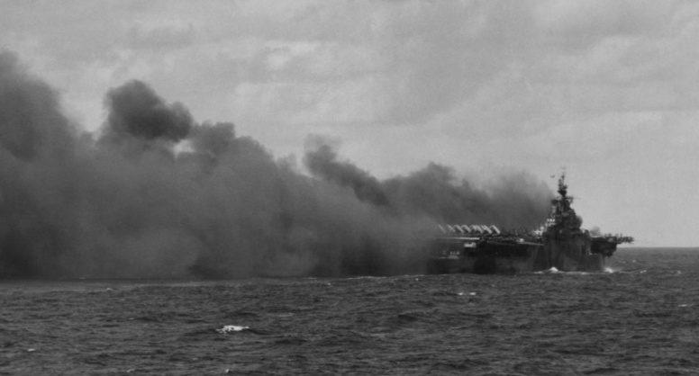 Авианосец «Тикодерога» после попадания второго камикадзе. Январь, 1945 г.