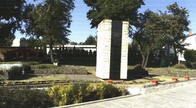 г. Явожно. Памятник на братской могиле по улице Грюнвальдска, в которой похоронено 147 советских воинов, в т.ч. 31 неизвестный.