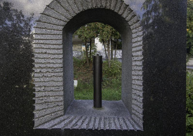Памятник находится на территории Павловской психиатрической больницы в память о расстрелянных в 1941 году 752 пациентах клиники в Бабьем яру.