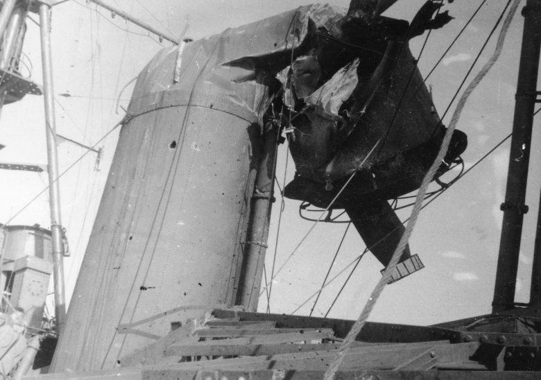 Труба австралийского тяжелого крейсера «Австралия», поврежденная в результате атаки камикадзе в заливе Лингаен. Январь 1945 г.