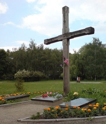 Памятный крест по улице Телиги Елены, 10 установленный в 1992 году в Бабьем яру на месте расстрела 621 члена ОУН.